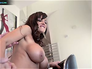 milf porn industry star Lisa Ann heads for a morning intercourse