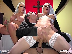 JessicaJaymes- Mick romps Jessica and Nikki perfect arse